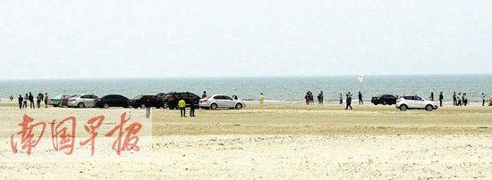 不少外地游客将车开到银滩上。 记者 许海鸥摄