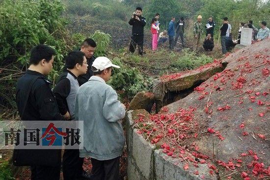 警方正在现场调查古墓被盗情况。记者王剑 摄