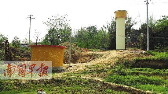 高高的水塔和橙色的水井房格外抢眼。