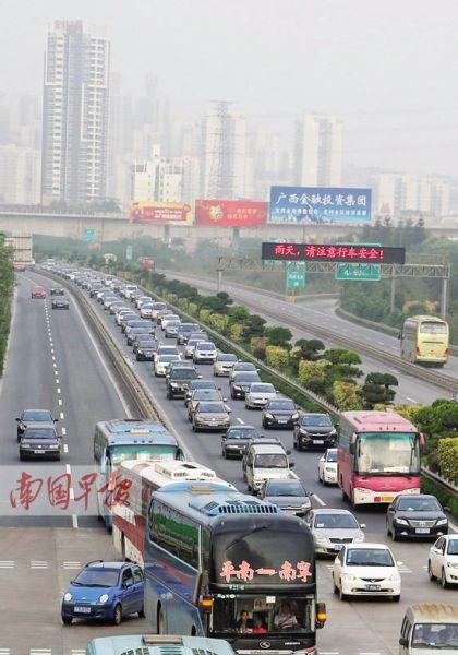 4月7日下午6时,大量返程车流准备进入埌东收费站。 记者 唐辉吉 摄