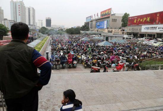 南宁火车站停放差不多近万辆电动自行车。