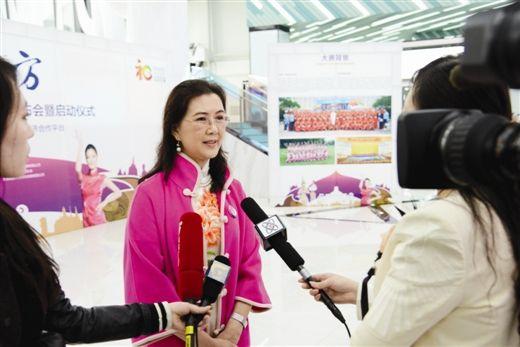 中国-东盟礼仪大赛组委会常务副主席潘玲女士接受媒体采访