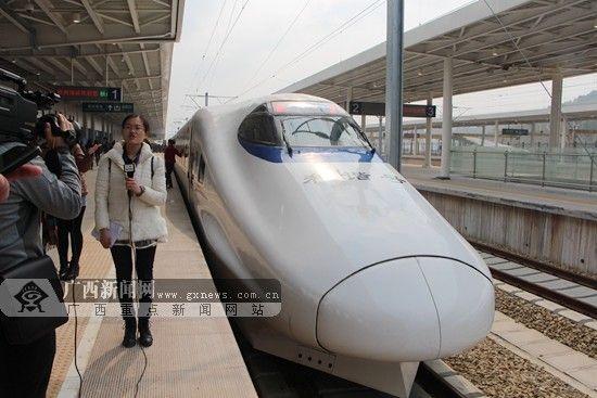 3月19日,南广高铁(广西段)正式试运行,一路飞奔驶往梧州。广西新闻网记者 杨郑宝 摄(资料图)