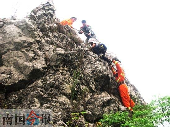 一名9岁男孩爬山被困在离地约40米高的悬崖上近1小时,消防官兵将其安全救下。通讯员 劳源和 摄