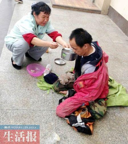 苏冬妹给乞讨者喂粥。(网友供图)