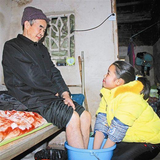 陈春林在给爸爸洗脚。