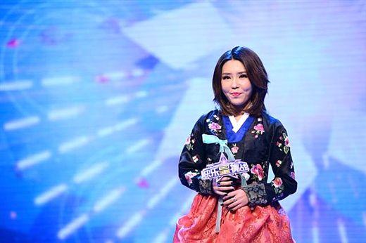 2013年以《直通春晚》三甲身份登上央视春晚舞台的歌手许艺娜