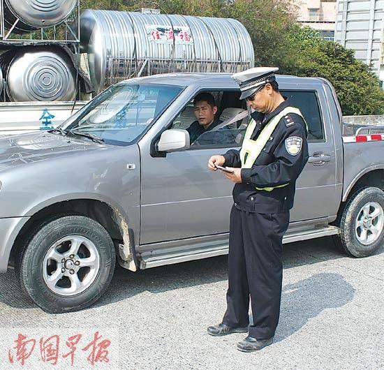 葛李伟生前上路执勤照。合浦交警大队提供