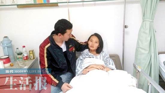 小丁在精心照顾小丽。