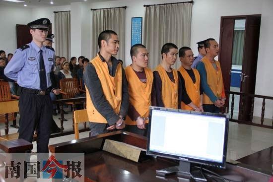图为5名被告人出庭受审。通讯员 兰钰烨 摄