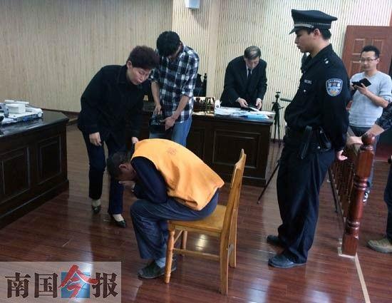 图为庭审现场,刘振营掩面而泣。记者何书俊 摄