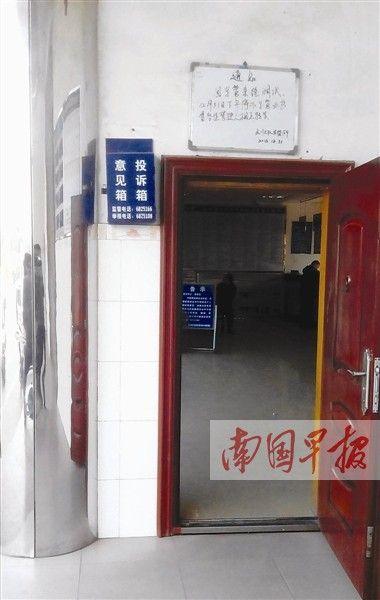"""原与门框齐高的投诉箱。 网友""""桂林市闲管中心""""摄"""