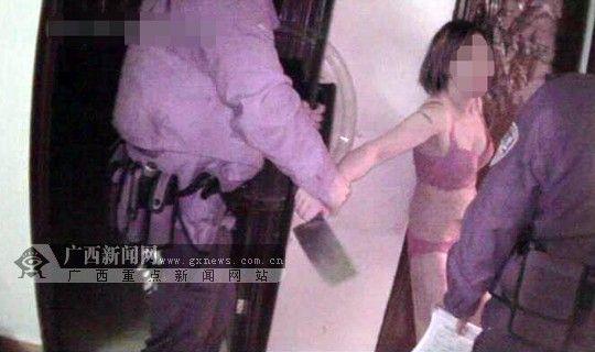 民警趁与黄女士交谈时夺下菜刀。南宁市公安局巡警支队供图