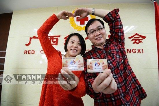 刘先生和陈女士夫妇在向记者展示中国人体器官捐献卡。 广西新闻网记者 胡雁 摄