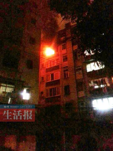 11日晚11时25分许,南宁市古城路一居民楼6楼因充电器起火引发火灾。 生活报记者 李平 摄