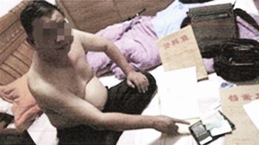 犯罪嫌疑人吕泽新指认涉案银行卡。 警方供图