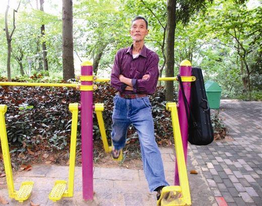 梁健智正在太空漫步机上锻炼