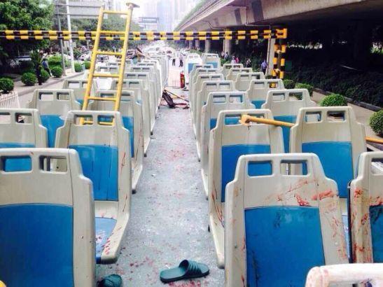 4月15日,广西南宁一辆双层公交车撞上限高框致使28人受伤。