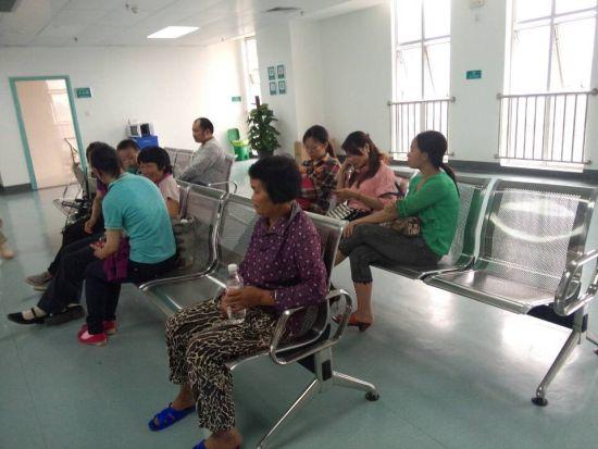 4月15日下午,南宁市第一人民医院住院部8楼受伤者家属在等待。来源:新浪广西