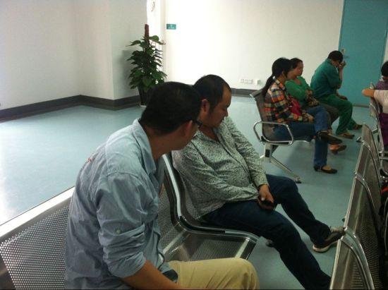 4月15日下午,新浪广西编辑在南宁市第一人民医院向受伤者家属了解情况。来源:新浪广西