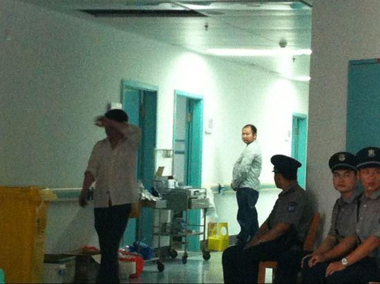 4月15日下午,17名受伤乘客在南宁市第一人民医院治疗,院方加强安保。来源:新浪广西