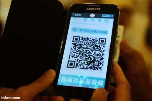 一名市民在用手机扫描二维码