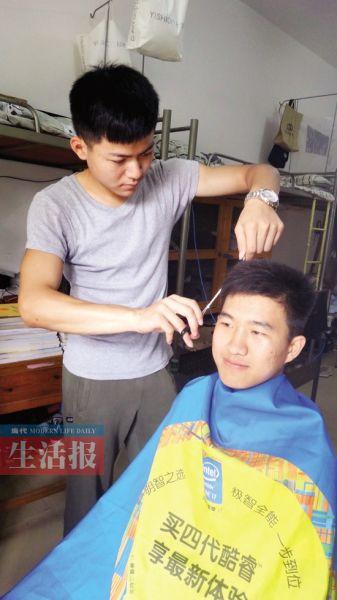 """""""洗剪吹""""班长为同学理发。"""