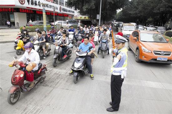 东葛葛村路口,交警在指挥交通。记者 徐天保 摄
