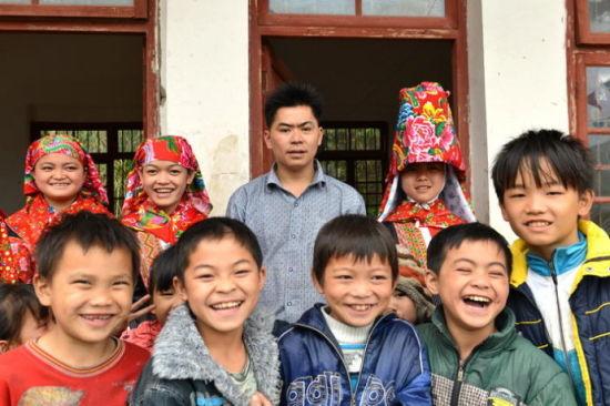 教学点现由枯楠村村民赵有学主动负责,他自己认为不够格,但是他不教孩子们就没有希望了。来源:新浪广西 黄亦华 摄