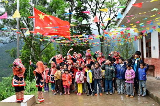 学生们在教学点升国旗。来源:新浪广西 黄亦华摄