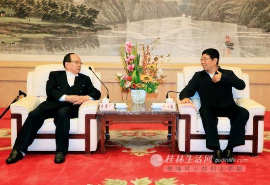 赵乐秦(右)在榕湖饭店会见中国国民党副主席蒋孝严(左)。记者何平江 摄