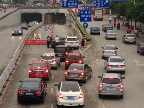 南宁南湖隧道违反规定24小时施工致使拥堵