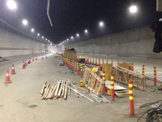 南宁南湖隧道内推挤着施工材料