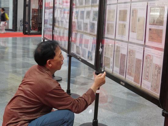 """舒永红老师现场传授收藏邮票""""秘笈""""。"""