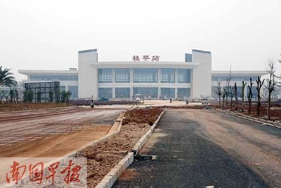 4月16日,桂平高铁站外,新修建的道路基本能通车。记者 苏华 摄