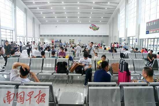 众多旅客在梧州南站的候车大厅候车。徐冰 摄