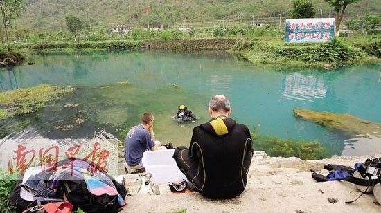 外国潜水专家准备下水搜救。图片来源:南国早报