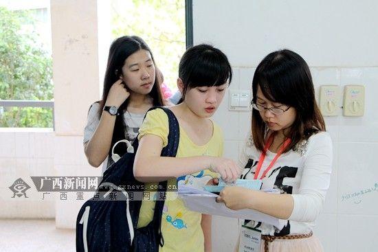 """4月19日上午8时许,考生陆续来到考场准备参加""""小托福""""考试。记者 杨郑宝 摄"""