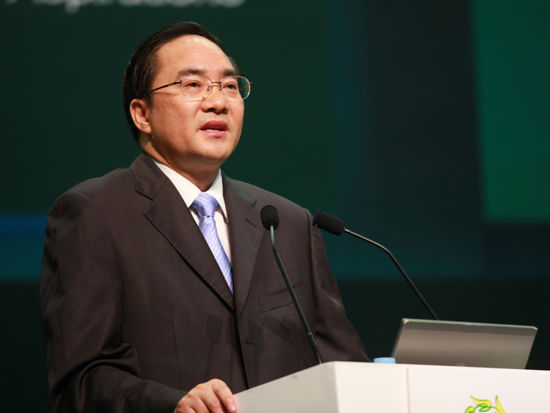 中共南宁市市委书记余远辉发表主题演讲。(图片来源:新浪财经 梁斌 摄)