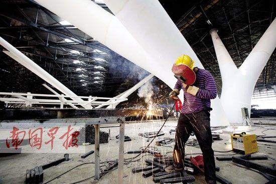 南宁机场新航站楼的候机大厅内一派热闹的建设景象。 记者 苏华摄