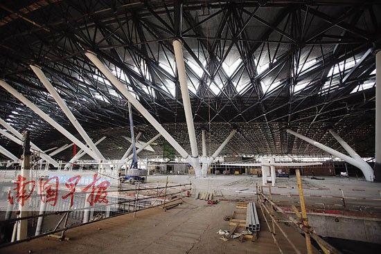 新航站楼的候机大厅宽敞明亮。