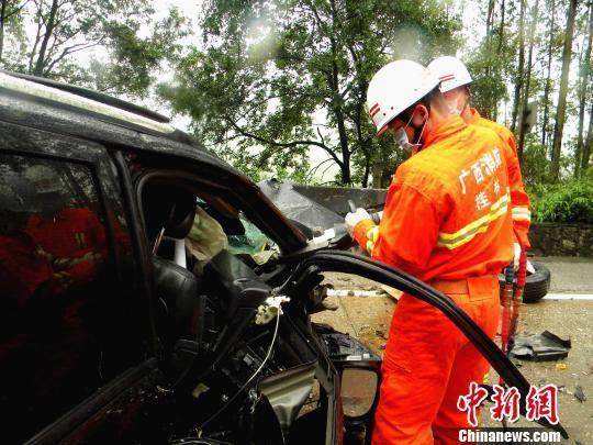 图为消防官兵正在对事故车辆进行破拆。莫前华 摄