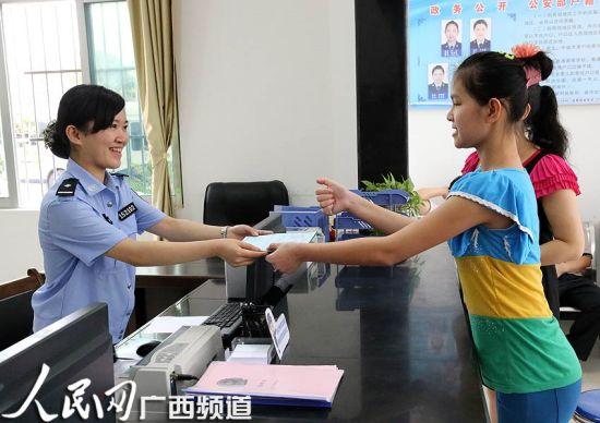 小南接过户口簿,用手语向民警表达谢意!