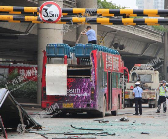 4月15日,南宁市701路公交车在经过青竹立交桥时,被桥梁限高防撞架削顶。广西新闻网记者 杨郑宝 摄