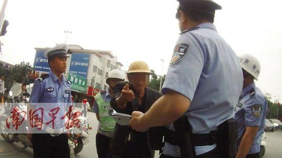 老人在交通违法后,拒绝接受现场民警的劝导。视频截图