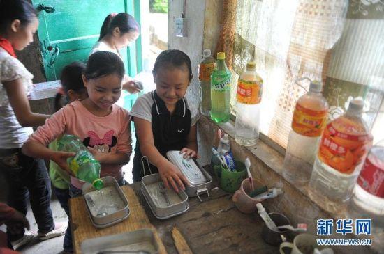 广西凌云县山区学生带水上学。