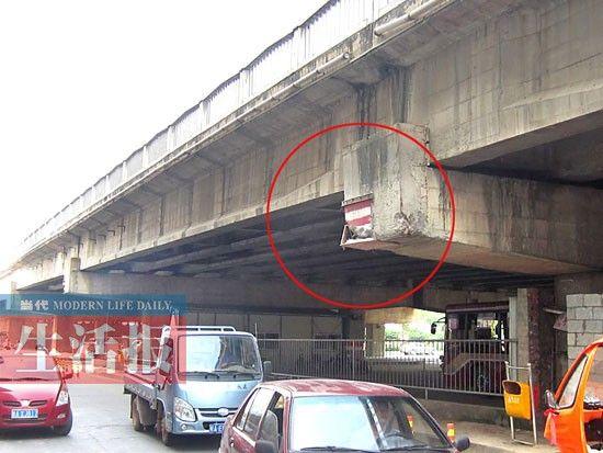 清川大桥被超高车辆撞损的情形(图中红圈处)