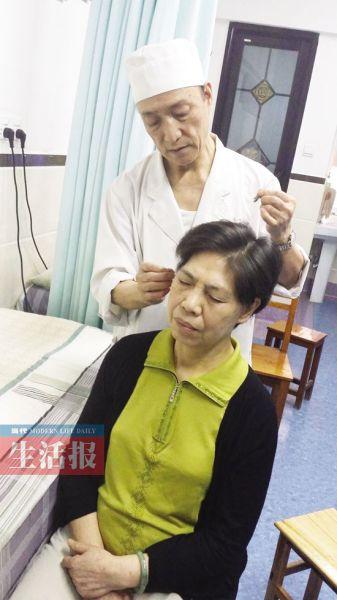 韦老在为病人针灸