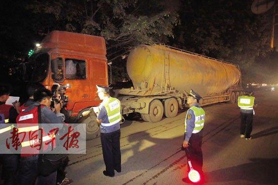 在安吉大道,执法人员查获一辆严重超载的砼车。苏华 摄