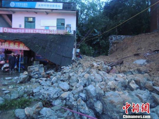 图为围墙倒塌现场。贾海雷 摄